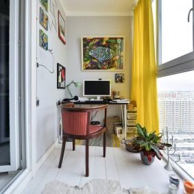 Желтая штора в интерьере балконного кабинета
