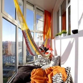 Гамак на балконе с панорамными окнами