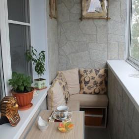 Откидной столик в зоне отдыха на балконе