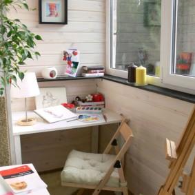 Столик для занятий творчеством на балконе