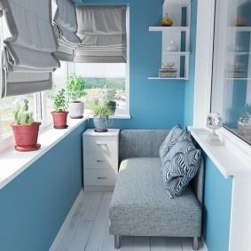 Голубые стены на светлом балконе