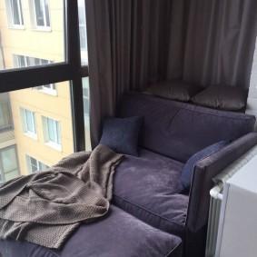 Плотная штора на панорамных окнах балкона