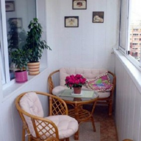 Плетенная мебель на лоджии в двухкомнатной квартире