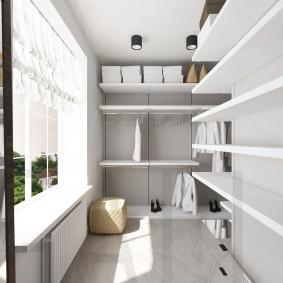 Открытые полки в гардеробной на балконе