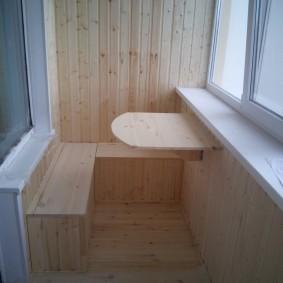 Небольшой столик с креплением на стене