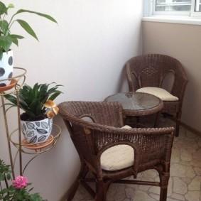 Садовая мебель в интерьере лоджии