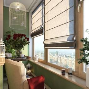 Клетка с птичками на потолке балкона