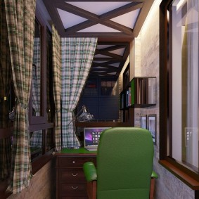 Зеленый стул перед столом на балконе