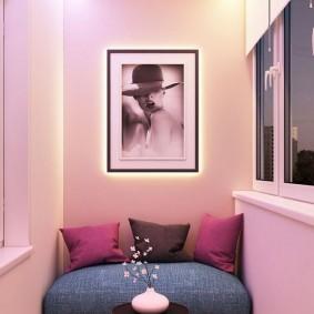 Черно-белое фото на розовой стене балкона