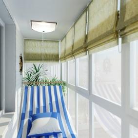 Гамак из полосатой ткани на узком балконе