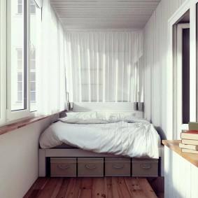 Кровать на подиуме в конце лоджии