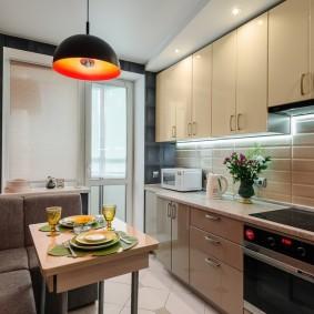 Обеденный стол на кухне с линейным гарнитуром
