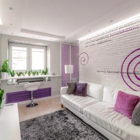 Белый диван в гостиной современного стиля