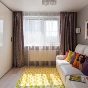 Узкая гостиная с минимумом мебели