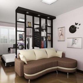 Черный стеллаж в однокомнатной квартире