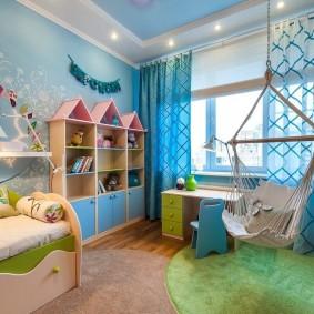 Синие обои в спальне мальчика
