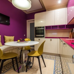 Круглый стол на кухне с угловым гарнитуром