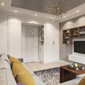 Встроенные шкафы вокруг дверного проема в гостиной
