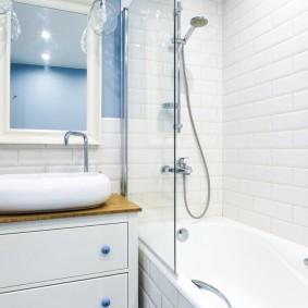 Компактная ванная комната в светлых тонах