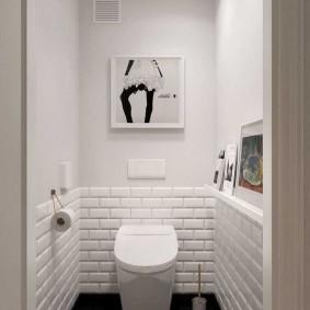 Белая отделка стен в небольшом туалете