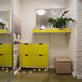 Желтая обувница в просторной прихожей