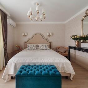 Двухспальная кровать в спальне среднего размера