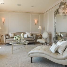 Красивая мебель в квадратной комнате
