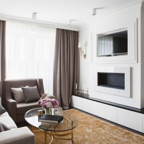 Плотные шторы на окне в зале двухкомнатной квартиры