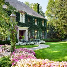 Партерный газон перед центральным входом в дом