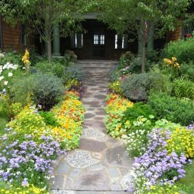 Каменная дорожка между садовыми клумбами