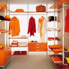 Яркая одежда в небольшой гардеробной комнате