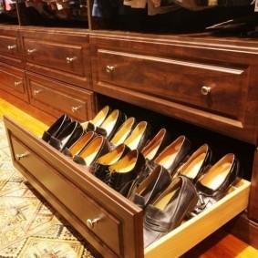 Выдвижной ящик с женской обувью