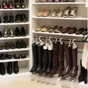 Вешалка для женских сапог в гардеробную комнату
