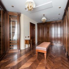 Деревянные шкафы в гардеробной классического стиля