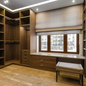 Открытые полки в гардеробной с окном