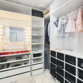 Яркие свет от лампочек на зеркале в гардеробной