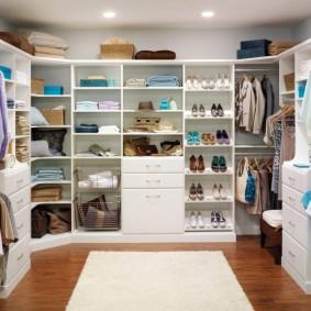 П-образная гардеробная для всей семьи