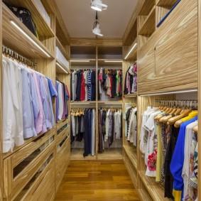 Длинная гардеробная комната с удобными вешалками
