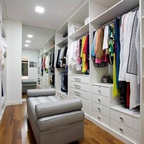 Большое зеркало на дальней стене в гардеробной