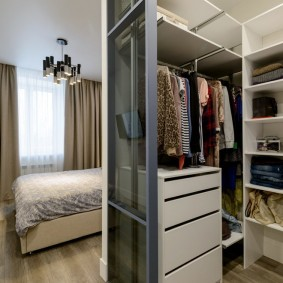 Компактный гардероб в спальной комнате