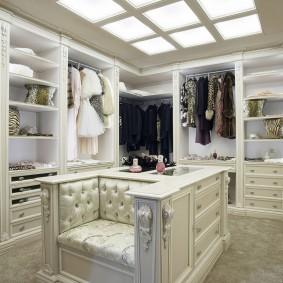 Встроенное освещение на потолке гардеробной