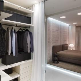 Мини-гардероб в углу спальной комнаты
