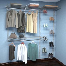 Открытый гардероб вдоль голубой стены