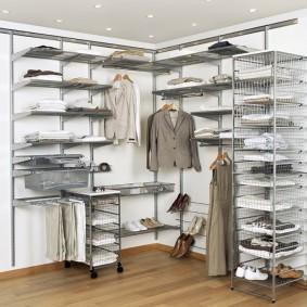 Угловое расположение мебели в гардеробной комнате
