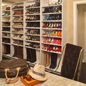 Открытые полки с большим количеством обуви