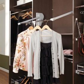 Пантограф в отделении для верхней одежды