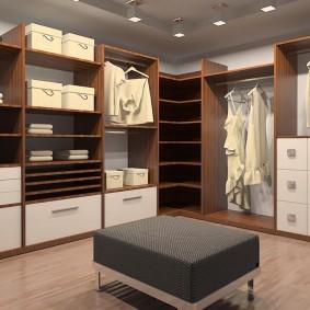 Прямоугольный пуф в середине гардеробной