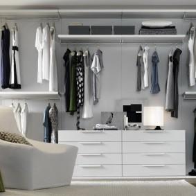 Дизайн гардеробной комнаты в светлых тонах