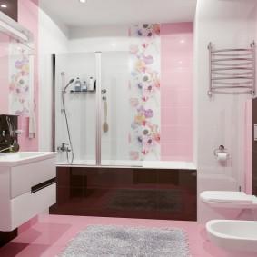 Коричневые акценты в розовой ванной