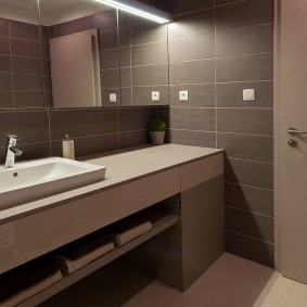 Подсветка зеркала в коричневой ванной
